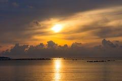 Sonnenunterganghimmel denken über das Meer, Licht nach und Wolke des Sonnenuntergangs ist ruhig lizenzfreies stockbild
