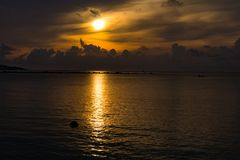 Sonnenunterganghimmel denken über das Meer, Licht nach und Wolke des Sonnenuntergangs ist ruhig stockfoto