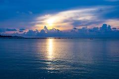 Sonnenunterganghimmel denken über das Meer, Licht nach und Wolke des Sonnenuntergangs ist ruhig stockbild