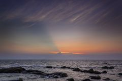 Sonnenunterganghimmel an der Kante des Meeres Stockfoto