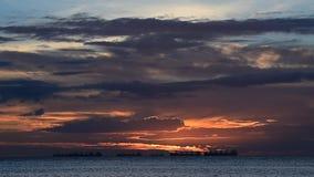 Sonnenunterganghimmel in Meer mit Frachtschiffen stock footage