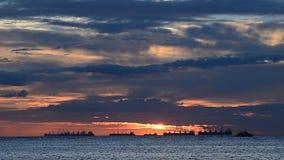 Sonnenunterganghimmel in Meer mit Frachtschiffen stock video