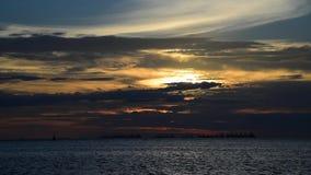 Sonnenunterganghimmel in Meer mit Frachtschiffen stock video footage