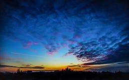 Sonnenunterganghimmel mit Flugzeug Stockfotografie