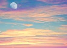 Sonnenunterganghimmel mit Mond Lizenzfreie Stockfotografie