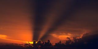Sonnenunterganghimmel mit Schattenzeilen Lizenzfreie Stockfotos