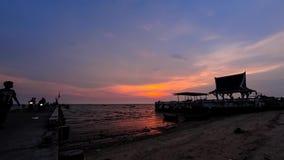 Sonnenunterganghimmel mit Seehintergrund, Zeitspanne stock video footage