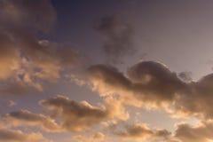 Sonnenunterganghimmel mit Wolken des Hintergrundgebrauches lizenzfreies stockbild