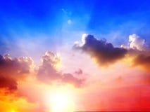 Sonnenunterganghimmel von mehrfachen Farben und von Sonnenlicht lizenzfreies stockbild