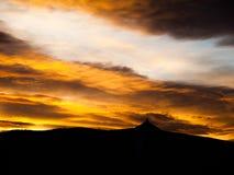 Sonnenunterganghimmelpanorama mit Schattenbild von Jested Gebirgsrücken, Liberec, Tschechische Republik, Europa Lizenzfreies Stockfoto