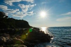 Sonnenunterganghintergrundbeleuchtung auf der Küste Lizenzfreie Stockfotos