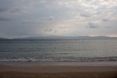 Sonnenuntergangküstenlinie auf Tropeninsel lizenzfreie stockfotografie