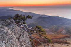 Sonnenunterganglandschaft auf einem hohen Berg, der das Meer übersieht Stockfoto