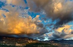 Sonnenunterganglandschaft des Himmels und der Felsen nahe Budva Stockbilder