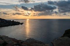Sonnenunterganglandschaft des ruhigen Sees stockfoto