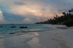 Sonnenunterganglandschaft in Malediven-Inseln; lizenzfreies stockbild