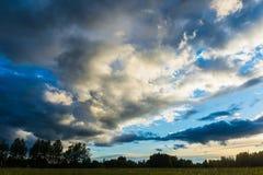 Sonnenunterganglandschaft mit Wolken Stockfotografie