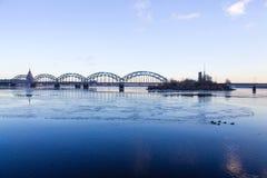 Sonnenunterganglicht über Brücke und Fluss in Riga Stockfoto