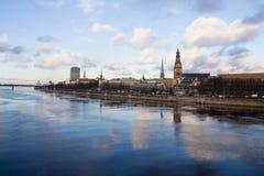 Sonnenunterganglicht über Brücke und Fluss in Riga Stockfotografie