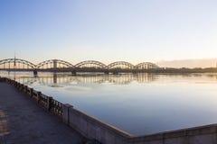 Sonnenunterganglicht über Brücke und Fluss in Riga Stockfotos