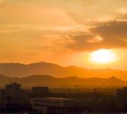 Sonnenunterganglicht über dem Berg stockbild