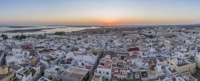 Sonnenuntergangluftstadtbild in Olhao, Algarve-Fischerdorfansicht der alten Nachbarschaft von Barreta Stockbild
