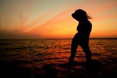 Sonnenuntergangmädchen Lizenzfreie Stockfotografie