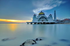 Sonnenuntergangmoschee masjid selat melaka lizenzfreie stockfotografie