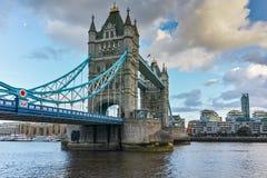 Sonnenuntergangpanorama der Turm-Brücke in London Ende des Nachmittages, England Lizenzfreie Stockfotos
