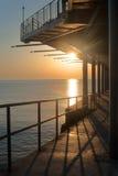 Sonnenuntergangpier entlang Küste Stockbild