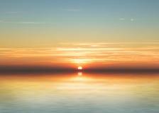Sonnenuntergangreflexion auf dem Wasser, szenische Ansicht des schönen Sonnenuntergangs über dem Meer, Sonnenuntergang über Wasse Lizenzfreies Stockbild