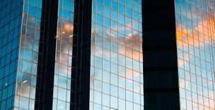 Sonnenuntergangreflexion auf einem Highrisegebäude stockbild