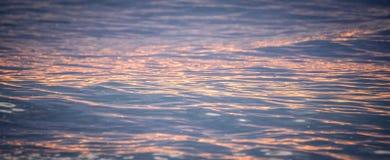 Sonnenuntergangreflexion im Ozean Stockfotografie