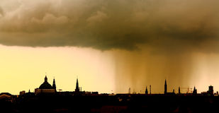 Sonnenuntergangregen-Stadtskyline Lizenzfreie Stockbilder