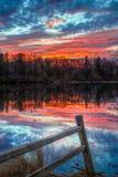 Sonnenuntergangs-Teich und Zaun Stockbild