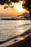 Sonnenuntergangschattenbilder auf adriatischer Seeküste in Makarska, Kroatien Lizenzfreie Stockfotos