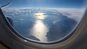 Sonnenuntergangseeansicht von der Flugzeugöffnung Reisendes Konzept stockfotografie