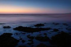 Sonnenuntergangseeufer lizenzfreie stockfotos