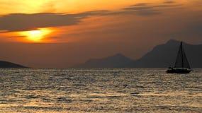 Sonnenuntergangsegeln lizenzfreies stockbild