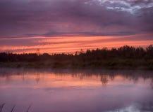 Sonnenuntergangsommerregen auf Fluss Lizenzfreie Stockbilder