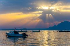 Sonnenuntergangsonne strahlt das Eindringen durch die Wolken auf adriatischer Seeküste Lizenzfreie Stockfotografie