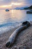 Sonnenuntergangsonne strahlt das Eindringen durch die Wolken auf adriatischer Seeküste Lizenzfreies Stockbild