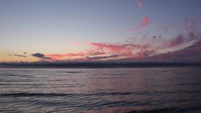 Sonnenuntergangsonnenaufgang auf dem Ostseestrand Lettland stock footage
