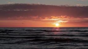 Sonnenuntergangsonnenaufgang auf dem Ostseestrand Lettland stock video