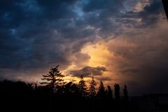 Sonnenuntergangsonnenaufgang, Bäume lizenzfreies stockfoto