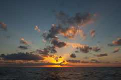 Sonnenuntergangsonnenaufgang in Meer Lizenzfreie Stockfotos