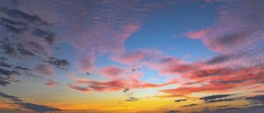Sonnenuntergangsonnenaufgang mit Wolken, hellen Strahlen und anderem atmosphärischem Effekt, selektiver Weißabgleich Stockbild
