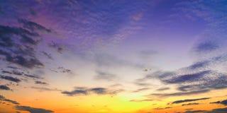 Sonnenuntergangsonnenaufgang mit Wolken, hellen Strahlen und anderem atmosphärischem Effekt, selektiver Weißabgleich Stockfoto