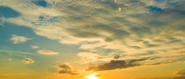 Sonnenuntergangsonnenaufgang mit Wolken, hellen Strahlen und anderem atmosphärischem Effekt, selektiver Weißabgleich Stockfotografie