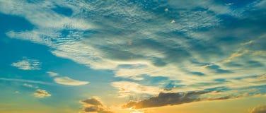 Sonnenuntergangsonnenaufgang mit Wolken, hellen Strahlen und anderem atmosphärischem Effekt, selektiver Weißabgleich Stockfotos